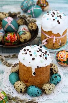 Primavera ancora in vita di dolci pasquali e uova dipinte su un piatto
