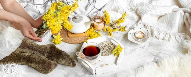 Primavera natura morta con una tazza di tè e fiori.