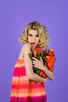 Vacanze primavera estate donna con mazzo di fiori ragazza con mazzo di tulipani look primaverile