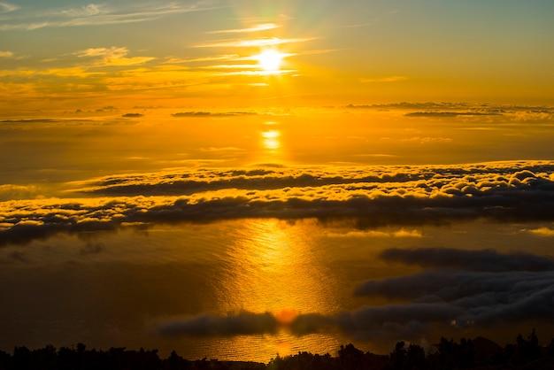 Alba primaverile, vista sul mare e sul teide nell'isola di la palma, isole canarie, spagna