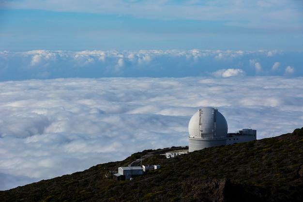 Tramonto primaverile in osservatorio astronomico nell'isola di la palma, isole canarie, spain