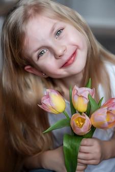 Tulipani primaverili nelle mani di una bambina