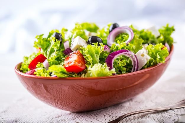 Insalata di verdure primaverili insalata di verdure fresche con pomodori cipolla formaggio e olive