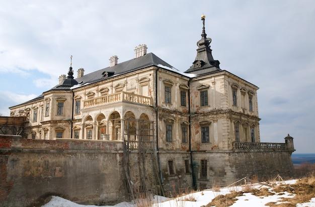 Vista primaverile del vecchio castello di pidhirtsi (ucraina, regione di lvivska, costruito nel 1635-1640 per ordine del polacco hetman stanislaw koniecpolski)