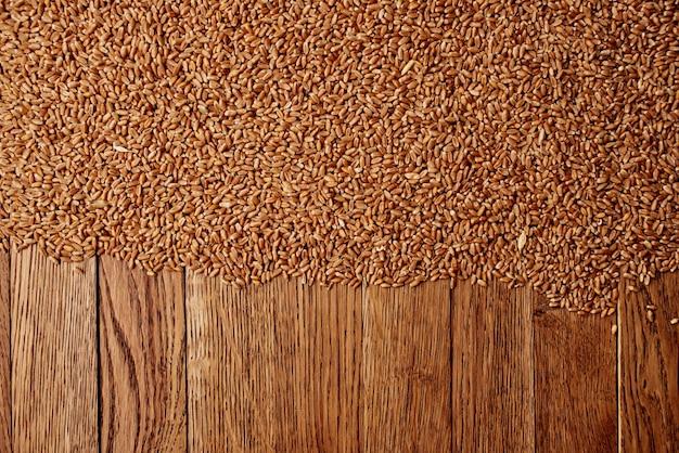 Cereali cosparsi su un tavolo in legno vista dall'alto cucina cibo sano