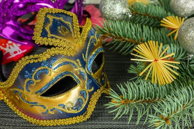Rami di abete, maschera veneziana dorata, palline. concetto di natale e capodanno.