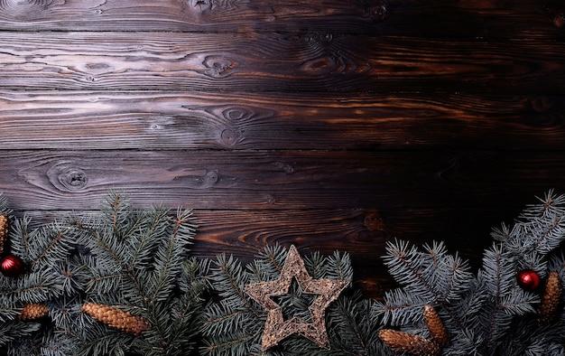 Rami di abete rosso su una superficie di legno