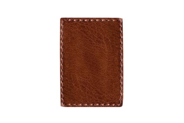 Pezzo di cuoio marrone quadrato con cuciture isolate su fondo bianco. copia spazio.