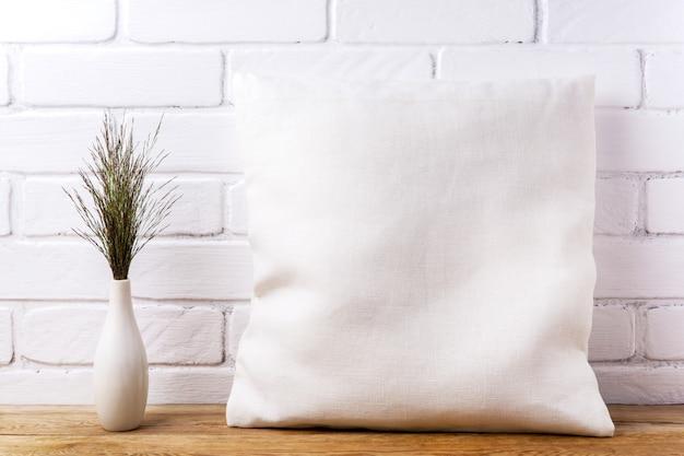 Mockup di cuscino quadrato in cotone con grande erba selvatica bluestem