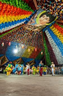 Danza di piazza che si esibisce alla festa di san giovanni campina grande paraiba brasile l'8 giugno 2009