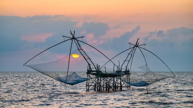 Rete da immersione quadrata con alba a pakpra, phatthalung, tailandia