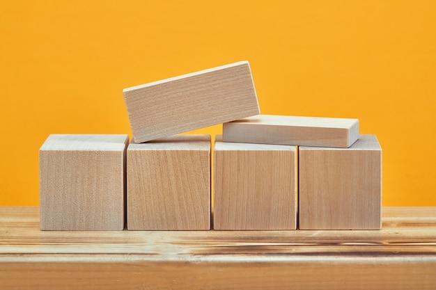 Quadrato di stile di mockup di cubi di legno vuoti, copia dello spazio. modello di blocchi di legno per il design creativo, posto per il testo.