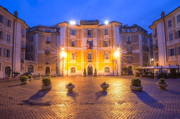 Piazza piazza sant ignazio, situata nel centro storico di roma, di fronte alla chiesa di sant'ignazio di loyola a campo marzio, di notte, italia.
