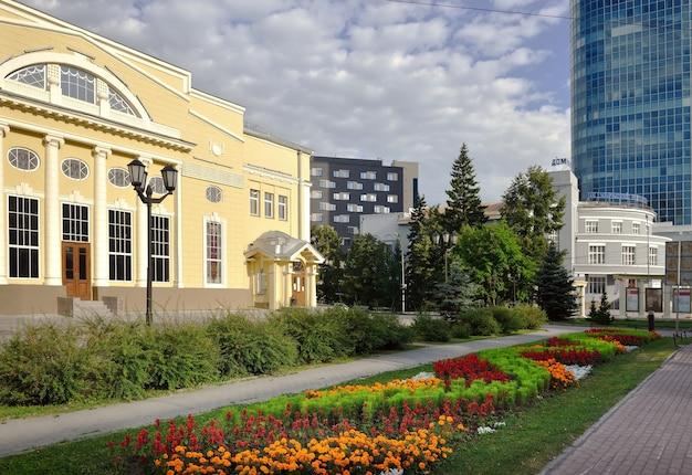 Piazza del teatro della torcia rossa a novosibirsk