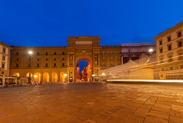 Piazza della repubblica nel centro storico di notte, firenze, italia