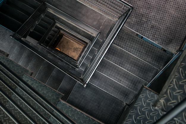 Vista della tromba delle scale in acciaio quadrata dall'alto.