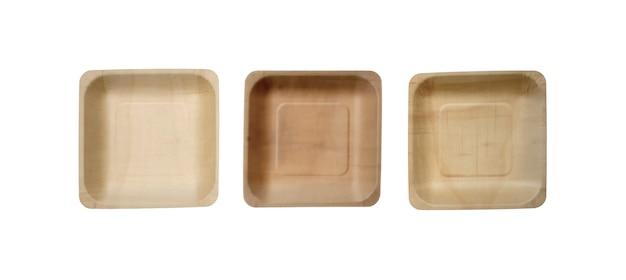 Un piatto quadrato in legno, utensile ecologico isolato
