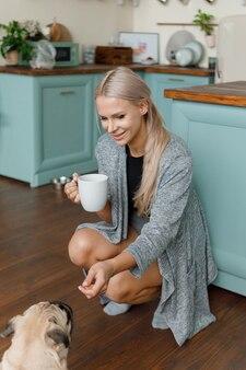 Accovacciata donna alimentazione cane