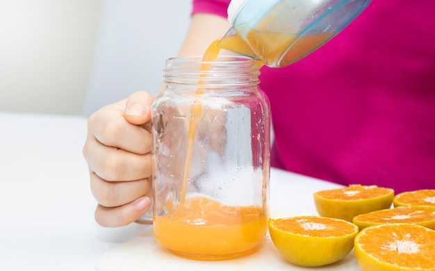 Spremere il succo d'arancia fresco, bevanda salutare