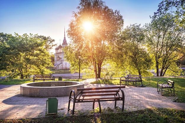 Chiesa sretenskaya e parco con panchine a vologda in una mattina di inizio estate