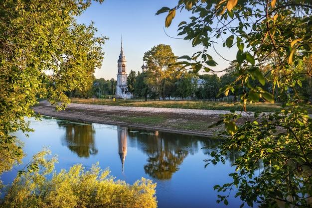 Chiesa sretenskaya sulla sponda del fiume e riflesso nel fiume a vologda in una mattinata di inizio estate