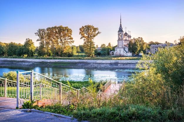 Chiesa sretenskaya e scale per il fiume a vologda in una mattina di inizio estate