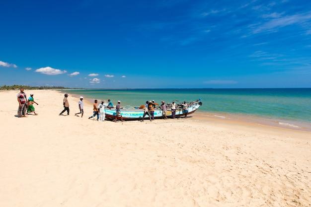 Sri lanka - 23 mach: i pescatori locali tirano una rete da pesca dall'oceano indiano il 23 mach 2017 a kosgoda, sri lanka. la pesca in sri lanka è il modo in cui si guadagnano da vivere.