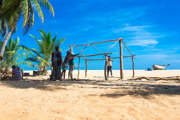Sri lanka - 23 mach: i pescatori locali tirano una rete da pesca dall'oceano indiano il 23 mach 2017 a kosgoda, sri lanka. la pesca in sri lanka è il modo in cui si guadagnano da vivere. Foto Premium