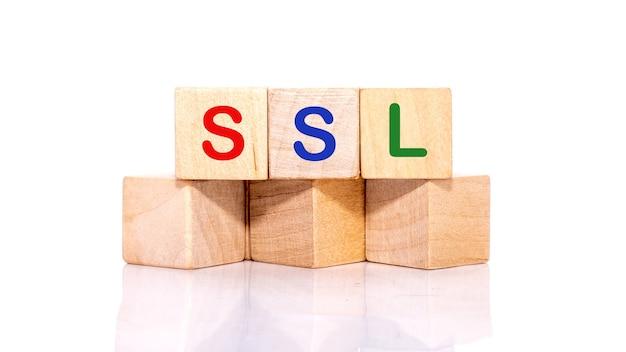 Certificato di sicurezza ssl per sito web scritto su cubi di legno