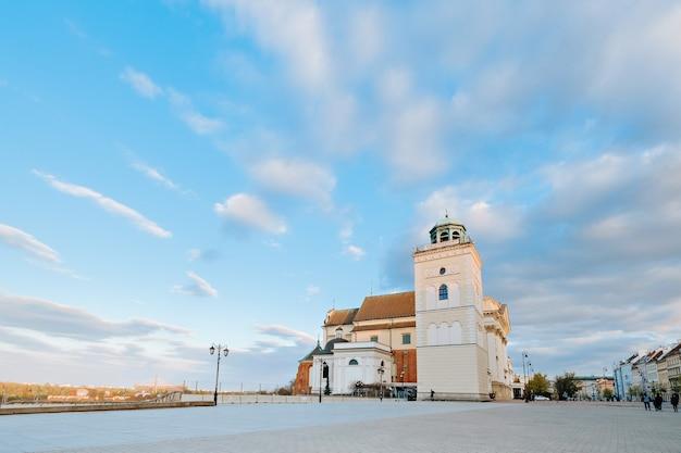 Campanile della chiesa di sant'anna vicino al centro storico di varsavia, polonia