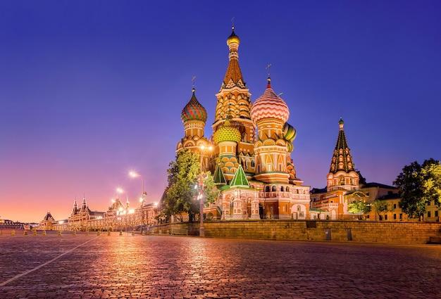 Cattedrale di san basilio sulla piazza rossa a mosca la sera