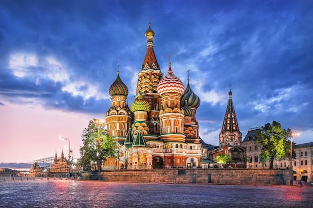 Cattedrale di san basilio a mosca sulla piazza rossa in una sera d'estate e una nuvola blu