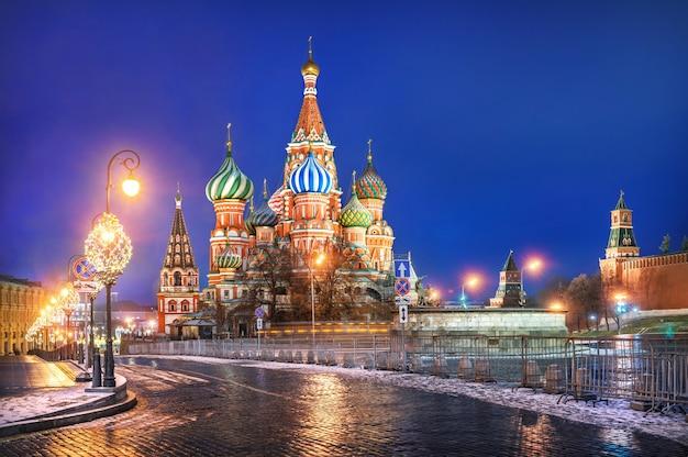 Cattedrale di san basilio sulla piazza rossa a mosca e luci festive alla luce dell'illuminazione notturna