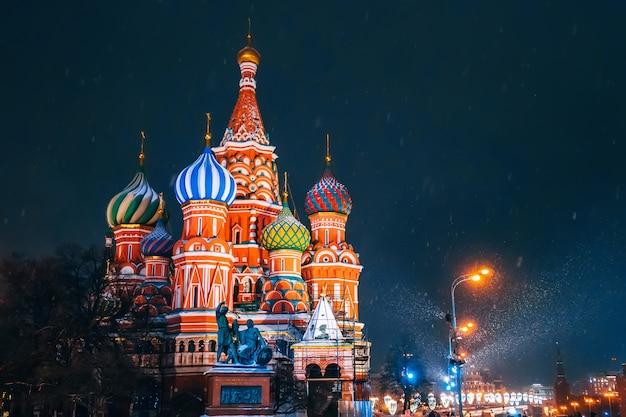 Cattedrale di san basilio sulla piazza rossa a mosca in russia durante la notte