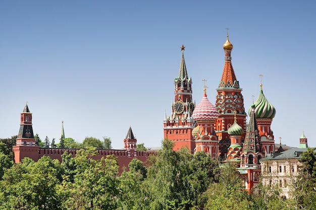 Cattedrale di san basilio e torre spasskaya paesaggio urbano di giorno di estate del cremlino di mosca, carta, spazio della copia