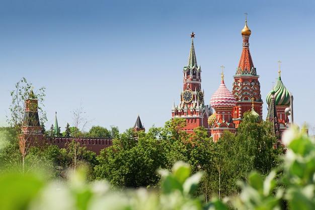 Cattedrale di san basilio e torre spasskaya paesaggio urbano di giorno di estate del cremlino di mosca