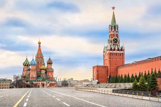 Cattedrale di san basilio e torre spasskaya sulla piazza rossa di mosca
