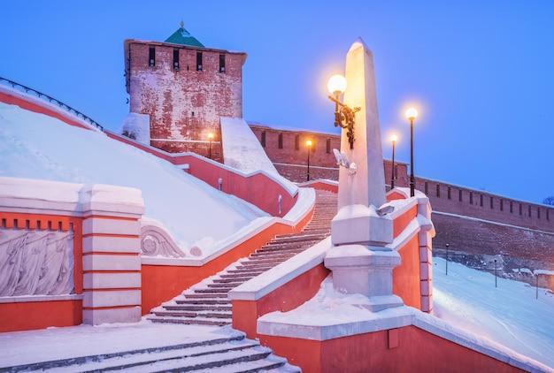 Torre di st georges del cremlino di nižnij novgorod in inverno