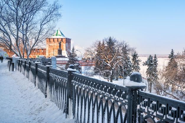 Torre di san giorgio del cremlino di novgorod e monumento di chkalov sull'argine del volga