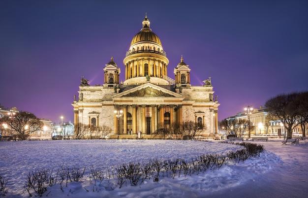 La cattedrale di sant'isacco a san pietroburgo alla luce delle luci notturne nella mattina d'inverno