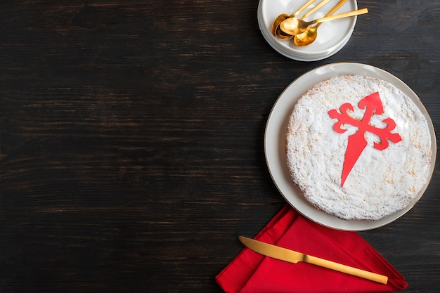 (torta di san giacomo) famosa torta di mandorle spagnola tipica della galizia. di solito è decorato con zucchero a velo che crea una croce silhouette di santiago.