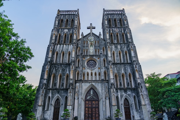 La cattedrale di san giuseppe è una vecchia chiesa in vietnam. è una chiesa in stile neogotico di rinascita gotica della fine del xix secolo che funge da cattedrale dell'arcidiocesi cattolica romana nella città del vecchio quarto.