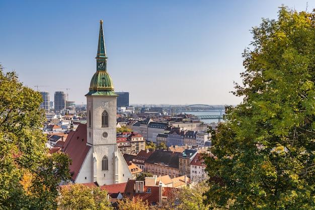Vista della torre di orologio della st martin cathedral e della città di bratislava e del danubio