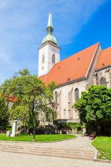 La cattedrale di san martino è una chiesa cattolica romana a bratislava, in slovacchia. la cattedrale di san martino è la più grande e una delle più antiche chiese di bratislava.