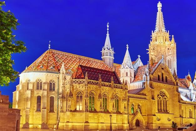 Chiesa di san mattia a budapest. tempo di notte.