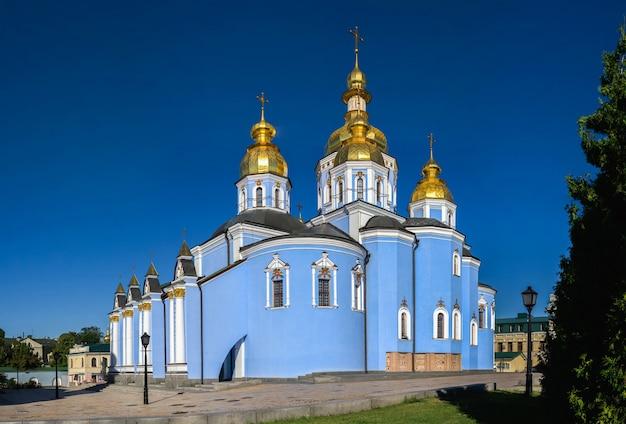 Monastero di san michele dalla cupola dorata a kiev, ucraina, in una soleggiata mattina d'estate