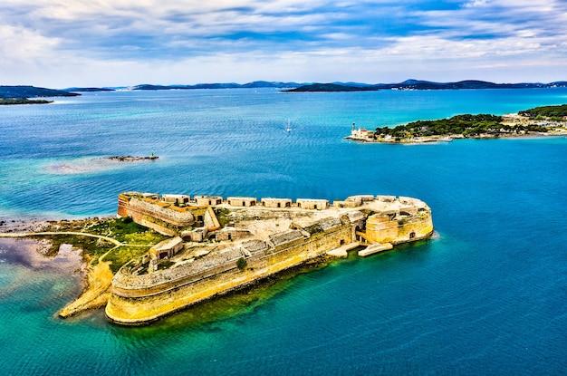 Fortezza di san nicola al canale di sant'antonio vicino a sibenik in croazia