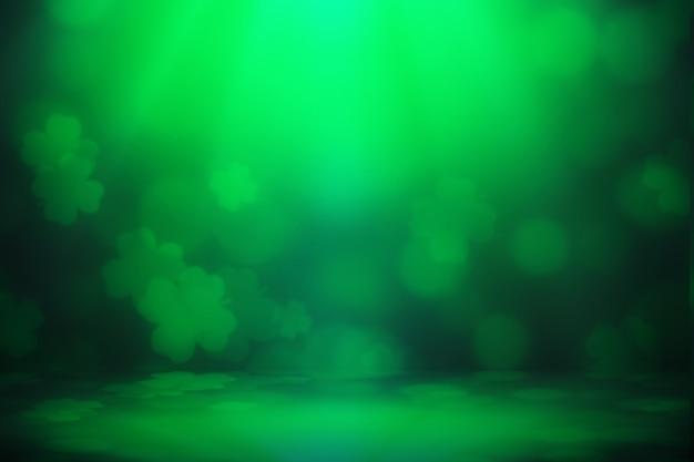Il bokeh della foglia di trifoglio verde del fondo di giorno di san patrizio si accende defocused per il fondo di progettazione di celebrazione del giorno di san patrizio.