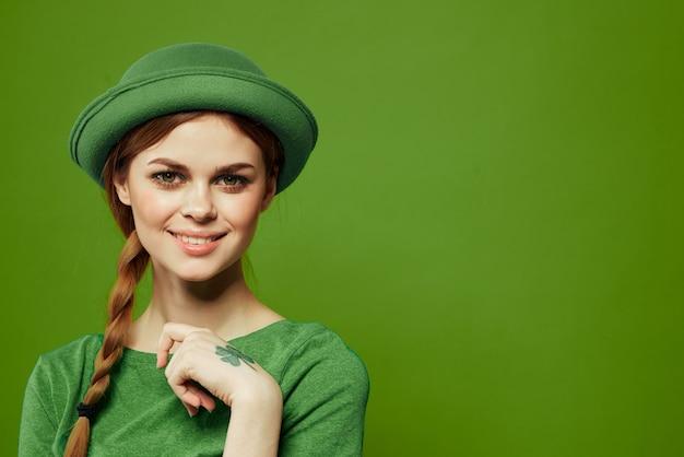 Festa di san patrizio felice donna verde t-shirt cappello trifoglio vacanze divertimento