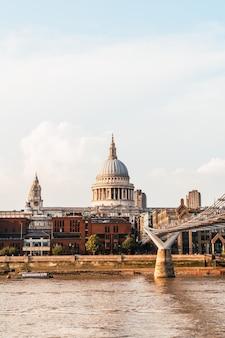 Cattedrale di st paul e il millennium bridge al tramonto